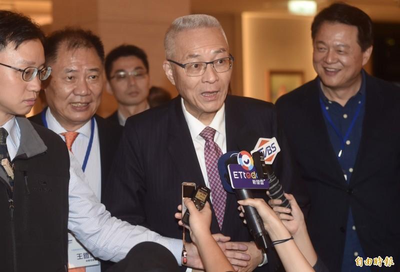 國民黨主席吳敦義今晚參加台灣僑商聯合會2019春酒晚宴,被媒體問到要不要跟韓國瑜見面聊選舉,他回答說:「我來約時間吧!」(記者簡榮豐攝)