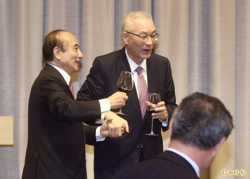 國民黨主席吳敦義(右)、前立法院長王金平(左)28日參加台灣僑商聯合會2019春酒晚宴,吳敦義拉著王金平一同向出席來賓敬酒。(記者簡榮豐攝)