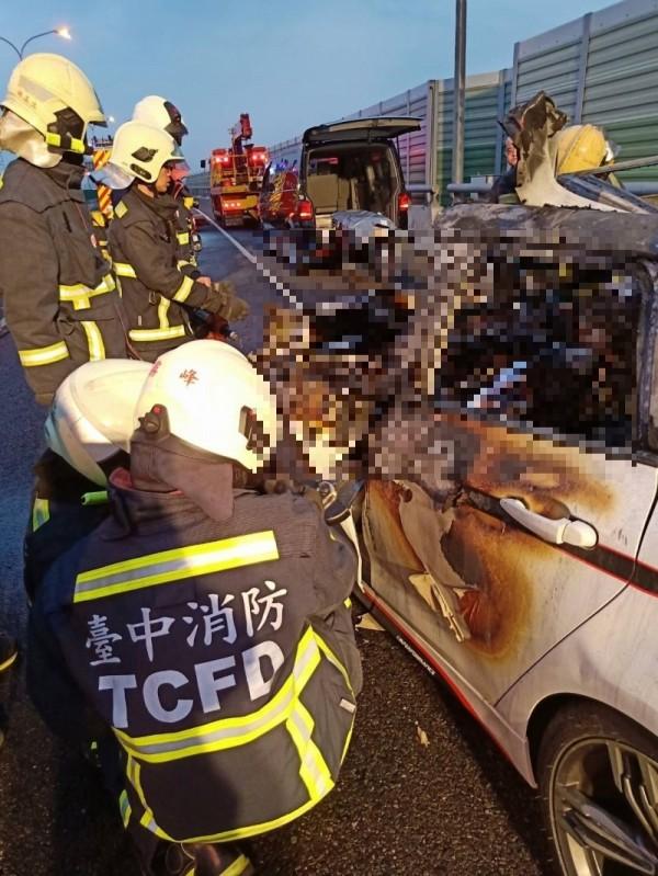 七十四號快速道路霧峰北上車道今天夌晨發生一起追撞死亡車禍,駕駛被卡在車內燒死(記者蘇金鳳攝)