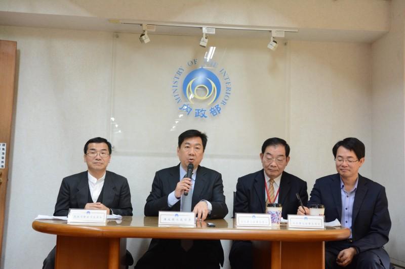 內政部民政司副司長鄭英弘(左一)在內政部例行記者會中指出,2017年國內遺體火化率已達到96.3%。(內政部提供)