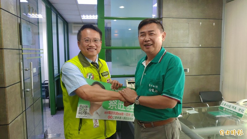 前立委李俊毅(右)和市議員蔡旺詮(左)先後完成登記,兩人先禮後兵。(記者蔡文居攝)
