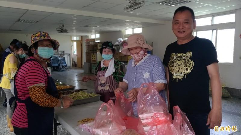 虎尾廉使里長戴國華(右)代表感謝愛心志工的付出。(記者廖淑玲攝)