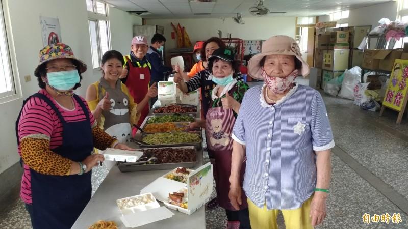 86歲的陳廖鳳綢(右)跟著女兒當志工,忙得不亦樂乎。(記者廖淑玲攝)
