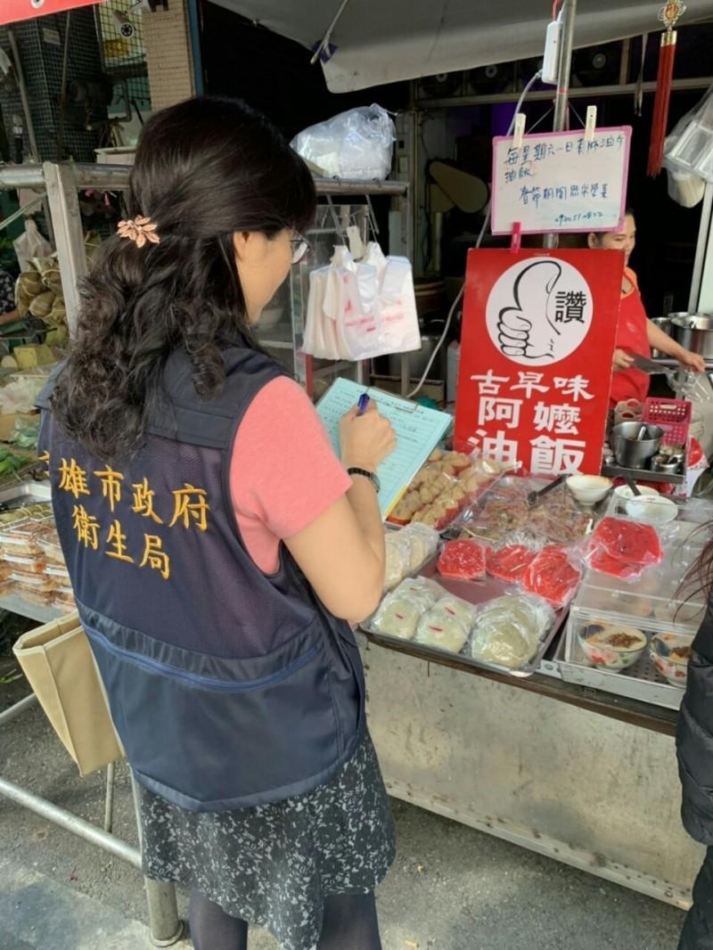 高市衛生局人員到傳統市場抽驗清明節及兒童休閒食品。(衛生局提供)