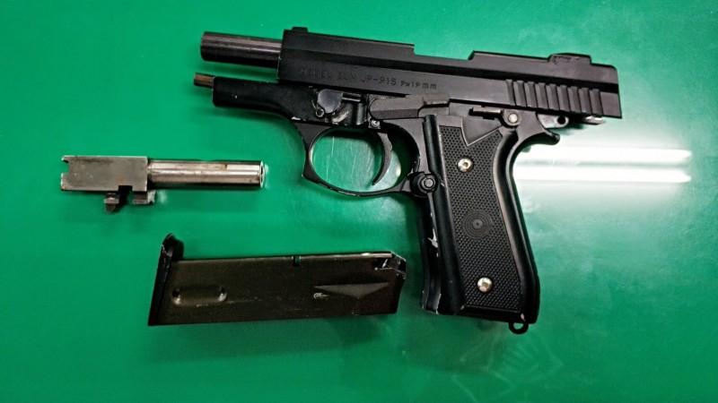 台北市警方在北投區破獲一處應召站總部,意外查獲改造槍枝1把、子彈35發。(記者陳恩惠翻攝)