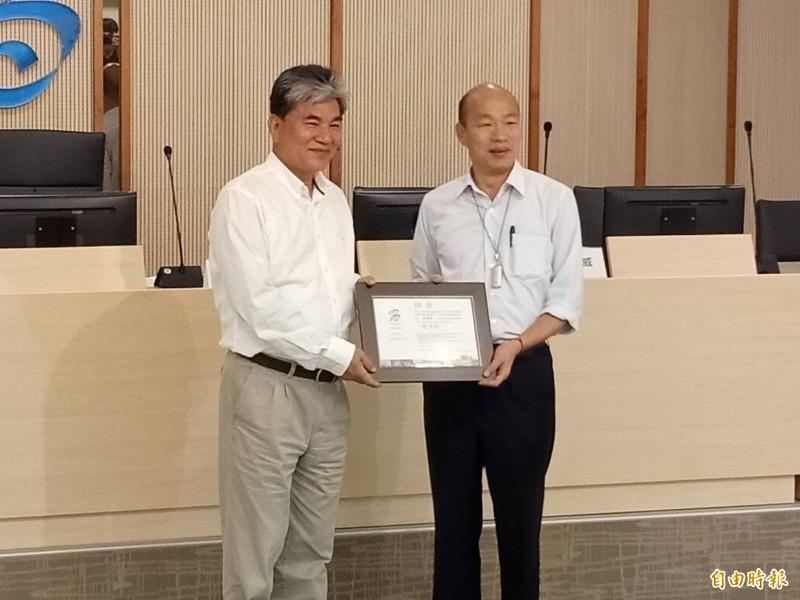 韓國瑜(右)邀請李鴻源擔任治水顧問。(記者蔡清華攝)