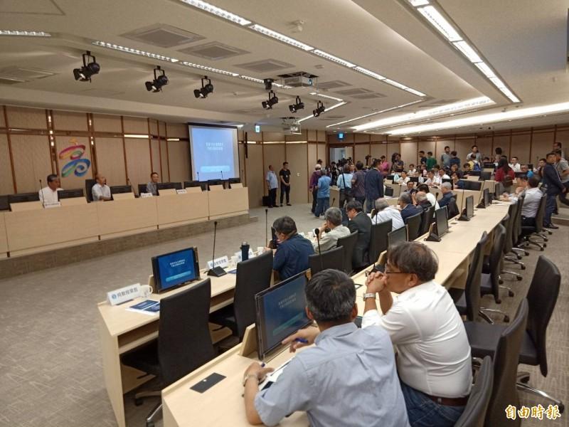 韓國瑜邀請前內政部長李鴻源等國內治水專家召開治水會議。(記者蔡清華攝)
