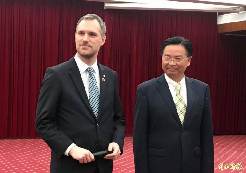捷克首都布拉格市長賀瑞普(左)在外交部長吳釗燮陪同下接受媒體訪問。(記者彭琬馨攝)
