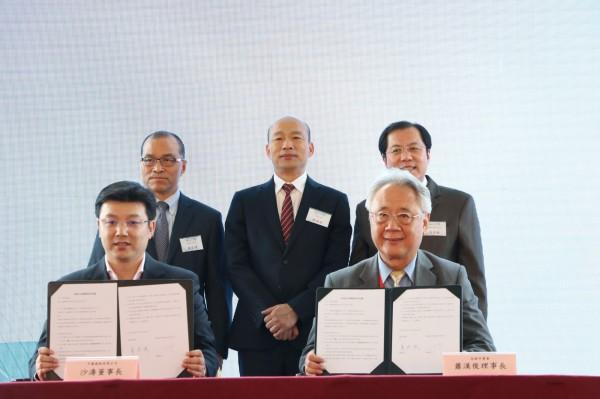 高雄市長韓國瑜(後方中間)日前赴港澳爭訂單。(高市府新聞局提供)