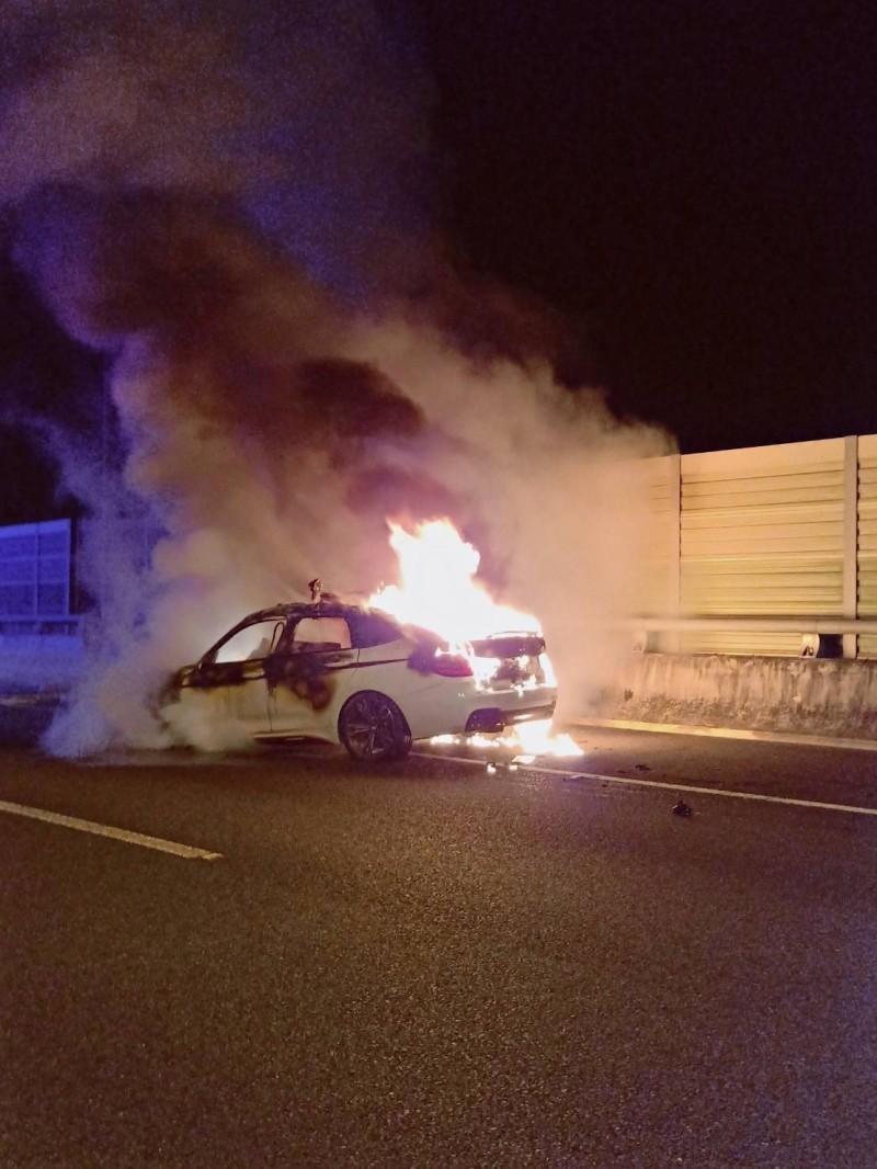 74號快速道路霧峰北上車道今天夌晨發生一起追撞死亡車禍,小客車起火。(記者蘇金鳳翻攝)