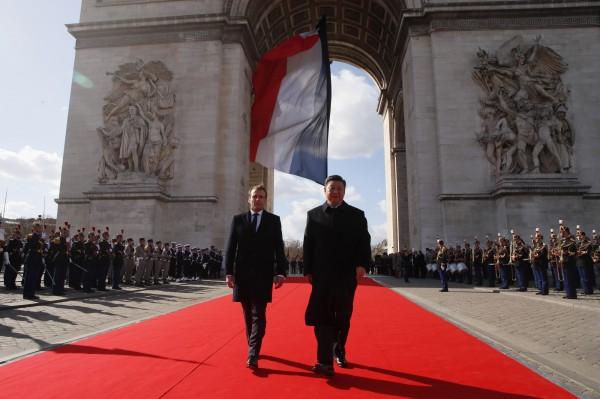 習近平訪問法國時走路姿時不甚自然,法國總理馬克宏為此還特意放慢腳步。(美聯社)