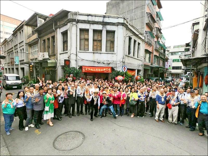 巷仔內舉辦感恩茶會,場面相當浩大,超過兩百多人參加。(呂大吉提供)