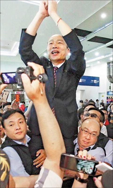 韓國瑜被隨扈高高舉起惹議,韓坦承「他要求的」。(記者黃良傑翻攝)