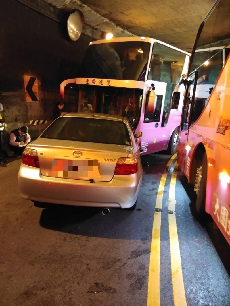 嘉義縣觸口明隧道發生車禍,5人受傷送醫。(記者林宜樟翻攝)