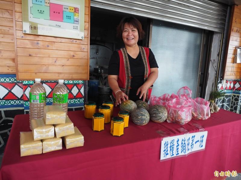 在地農民利用東64市集,拿出家中好物,介紹給外地民眾。(記者王秀亭攝)