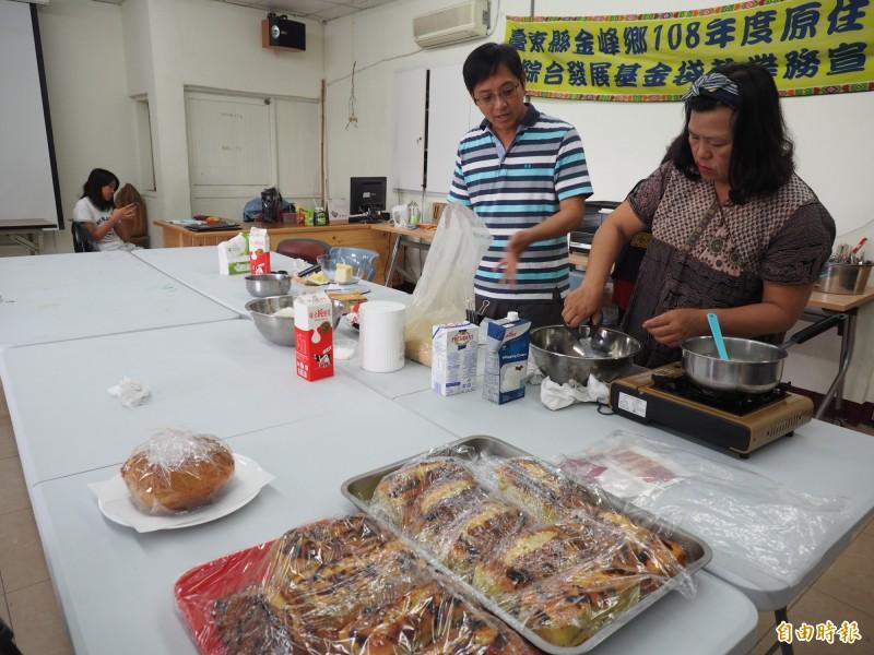 金峰鄉公所小資創業培訓班學員以在地特色農產製作出美味糕點。(記者王秀亭攝)