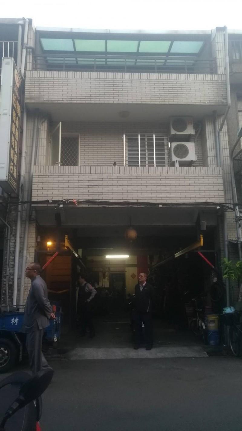 發生姊弟戀命案的赤峰街公寓。(記者鄭景議攝)
