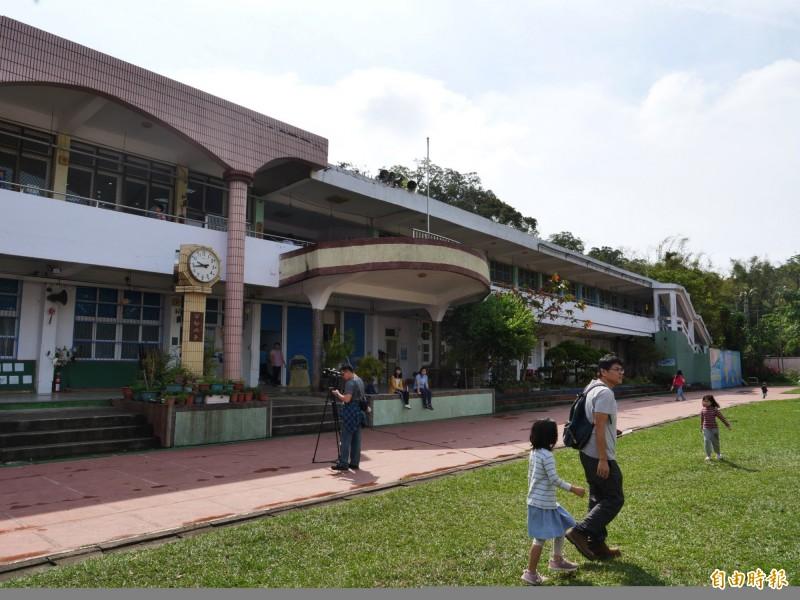 新竹縣北平華德福實驗學校原有校舍年久失修,將進行整建工程,預計一年後完工。(記者蔡孟尚攝)