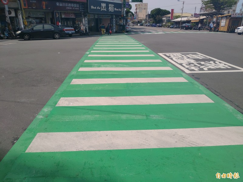 苑裡劃設綠色行人穿越道線,除了標示更明顯之外,防滑係數也更高。(記者蔡政珉攝)
