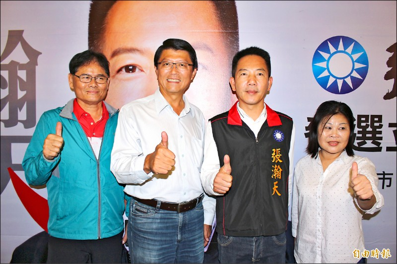 彰化縣議員張瀚天(右二)宣布參加國民黨立委初選。(記者張聰秋攝)