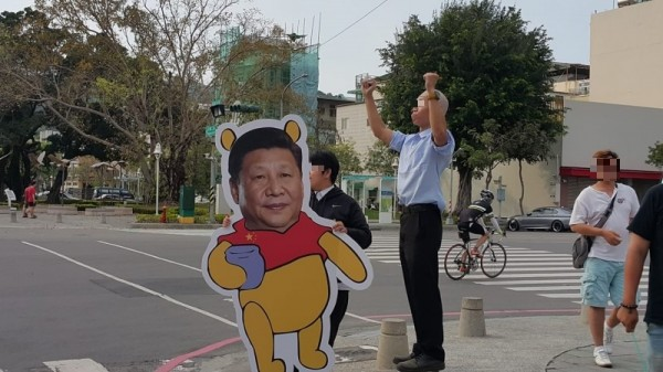 今有高雄網友在台大《批踢踢實業坊》的八卦板分享,有名男子Cosplay成高雄市長韓國瑜,和路邊的中國自由行旅客熱烈打招呼,旁邊夥伴拿著「習維尼」立牌,引起網友爆笑。(圖擷取自《批踢踢實業坊》八卦板)