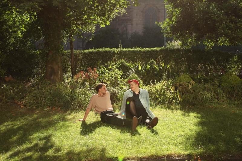 英國2人男子樂團Her's在美國趕赴演出的路上遇到車禍,24歲的菲茲派翠克(Stephen Fitzpatrick,左)以及25歲的蘭丁(Audun Laading,右)不幸雙雙喪命。(圖擷自Her's臉書)