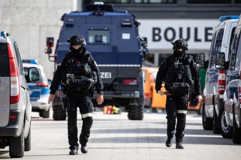 德國警方再次於今天(3月30日)同時發動反恐行動,在德國境內多處地區逮捕10名意圖發動恐怖攻擊的伊斯蘭極端份子。圖為德國特種警察。(歐新社)
