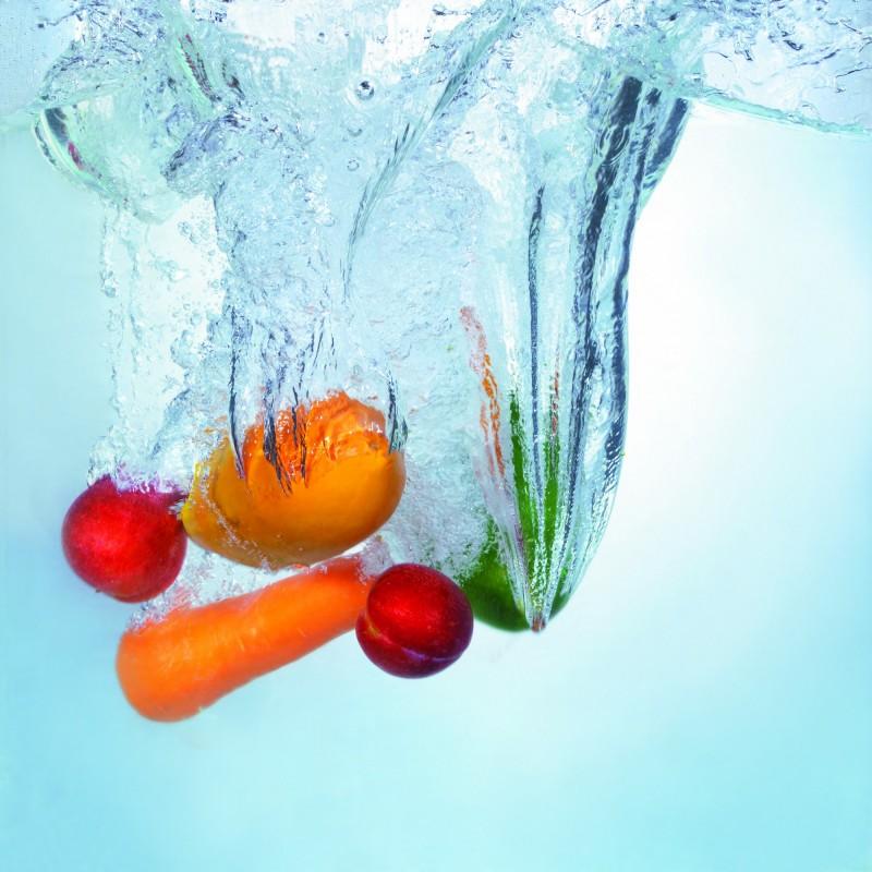 醫生建議兒童應該均衡飲食,多吃蔬菜水果,才能有健康的排便。(情境照)