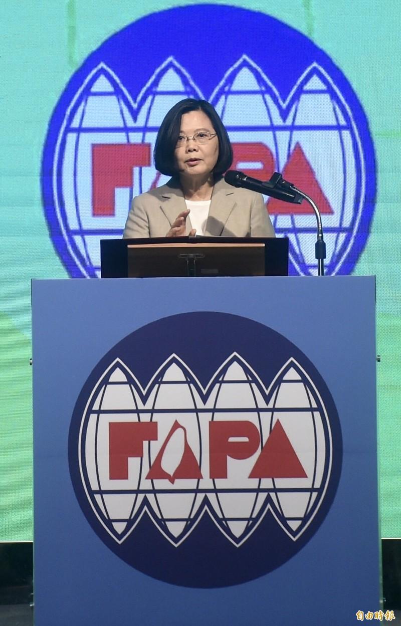 總統蔡英文30日出席「台灣關係法40周年暨台灣旅行法周年」慶祝餐會致詞,強調民進黨要團結才會贏。(記者簡榮豐攝)