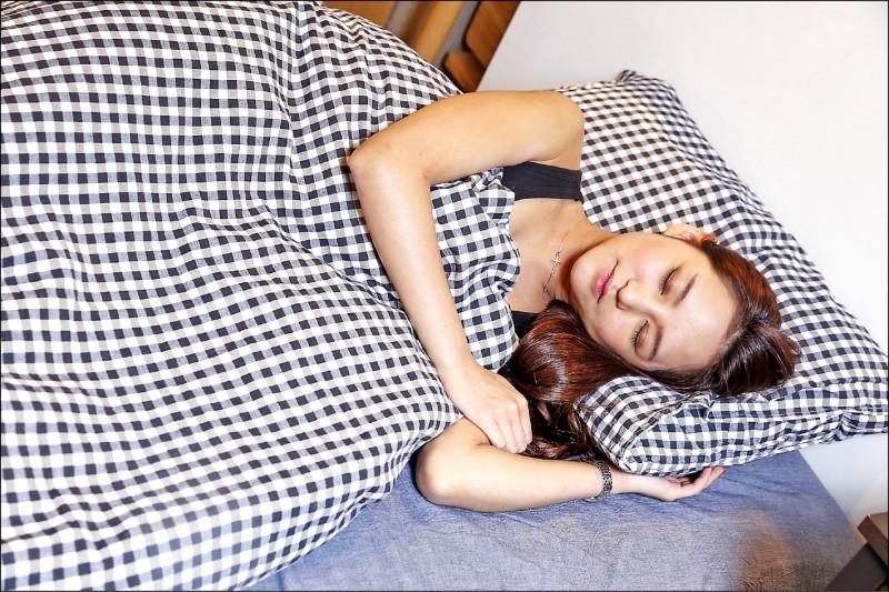 醫師指出,要提高睡眠品質,最好養成定期運動習慣、保持理想體重;情境照,圖中人物與本文無關。(資料照)