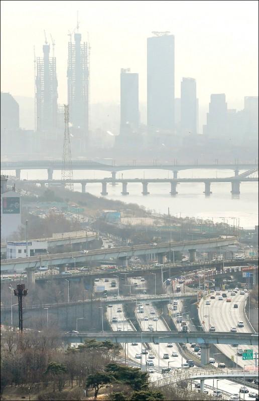 1月5日白天,粉塵籠罩南韓首爾市,凸顯空氣污染嚴重。(歐新社檔案照)