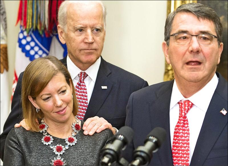 拜登也曾對其他女性做出搭肩行為,像是在二○一五年國防部長卡特(圖2,右)於白宮宣誓就職時,拜登就把手搭在卡特之妻史蒂芬妮(左)的肩上。(法新社)