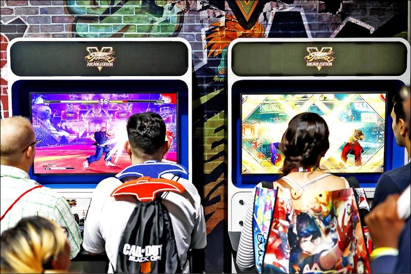 調查顯示,美國成年人二○一八年無性生活比例高達二十三%,且十八歲至二十九歲男性逾四分之一沒有性生活,創下近三十年新高。圖為二○一八年六月參與美國洛杉磯E3電玩展的青年。(彭博檔案照)