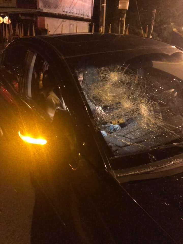 陳姓遊客轎車停在宜蘭縣冬山鄉三清宮停車場被砸,造成擋風玻璃損壞,車內3人受傷送醫。(圖擷取自宜蘭大小事)