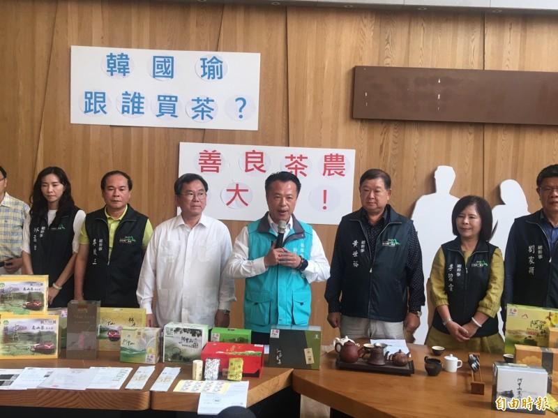 嘉義茶農火大了,要求高雄市長韓國瑜「踹共」。(記者蔡宗勳攝)