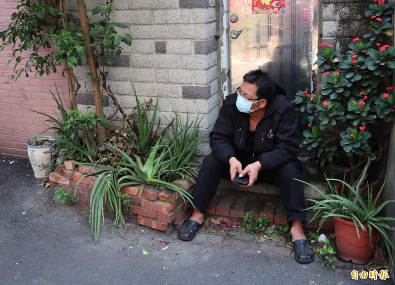 死者韋男的姐夫坐在一旁,心情沈重。(記者歐素美攝)