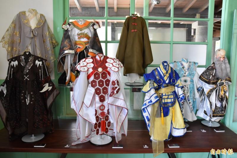 台灣首場偶衣大師作品聯展在雲林袋戲館舉行。(記者黃淑莉攝)