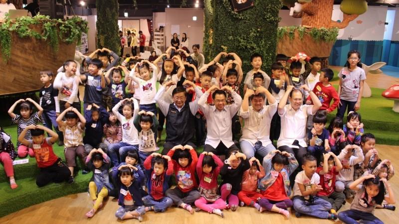 台中市警局自創「小木偶」戲劇,宣導網路交友安全,比父母的碎碎唸效果更好。(記者張瑞楨翻攝)