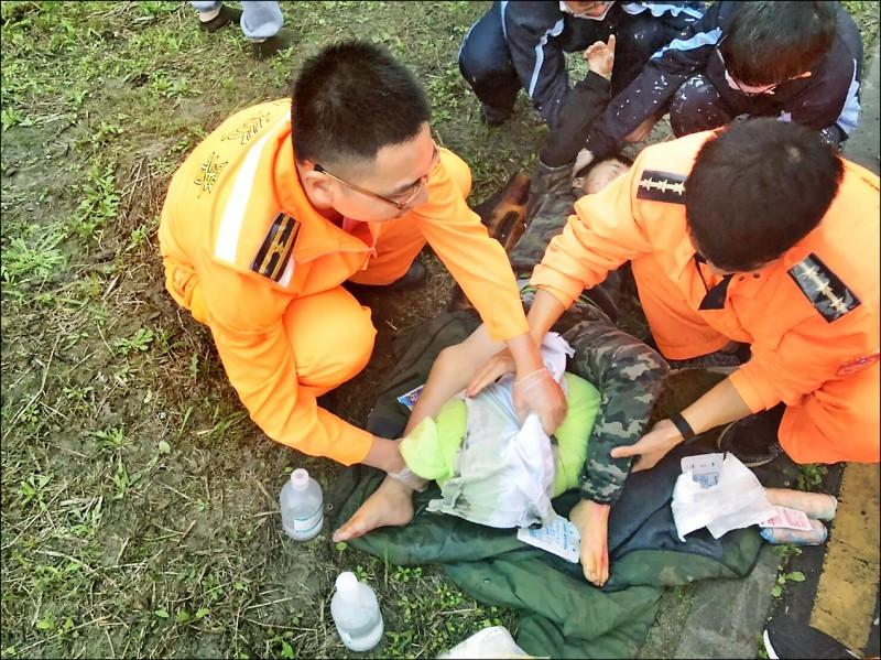 小隊長呂承佑(左一)24日見服務單位外發生車禍,立刻協助救援,予以骨折男童初步的醫療處置。(記者吳昇儒翻攝)