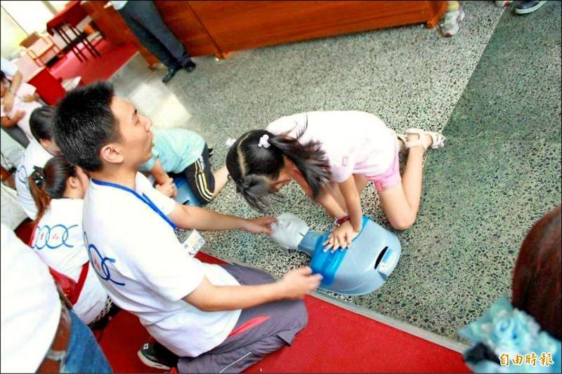 呂承佑參加醫護志工活動時,愛上護理師的工作,從數理高材生轉換跑道當護理師。(記者吳昇儒攝)
