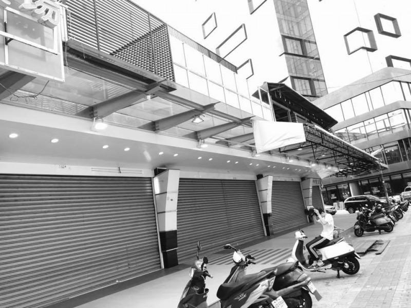 王浩宇表示,商圈內等待載客的計程車司機也頗有怨言。(圖擷取自王浩宇臉書)