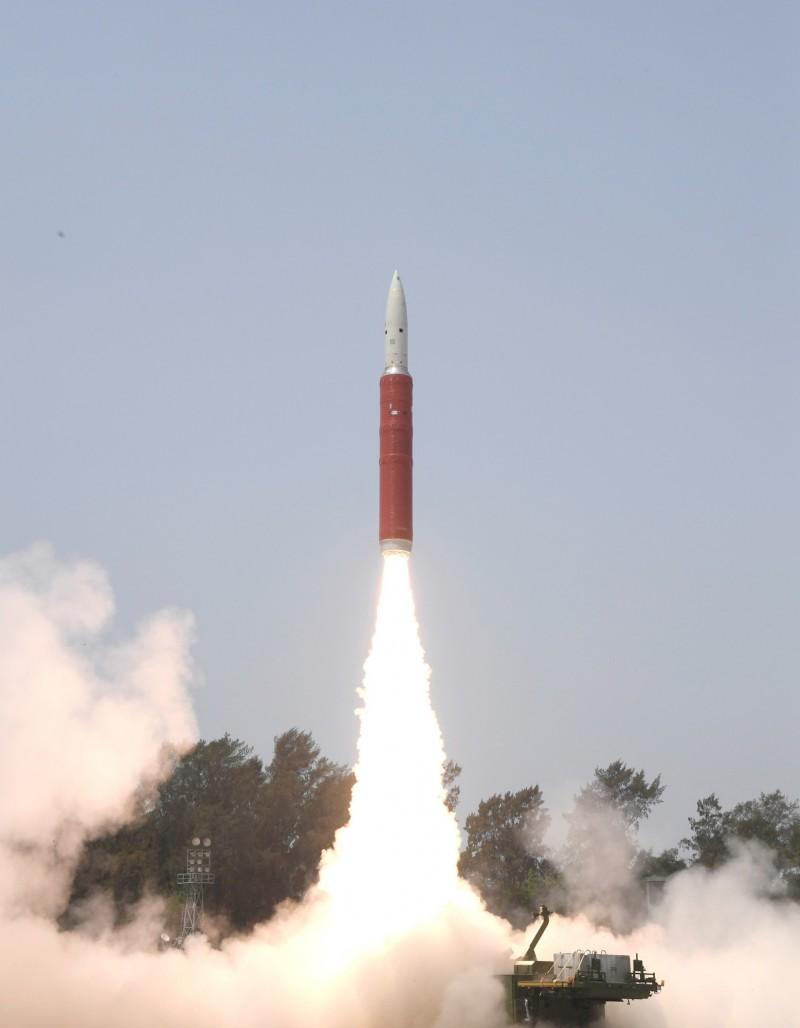印度27日成功發射反衛星導彈,並擊落1枚低軌道衛星。(路透)