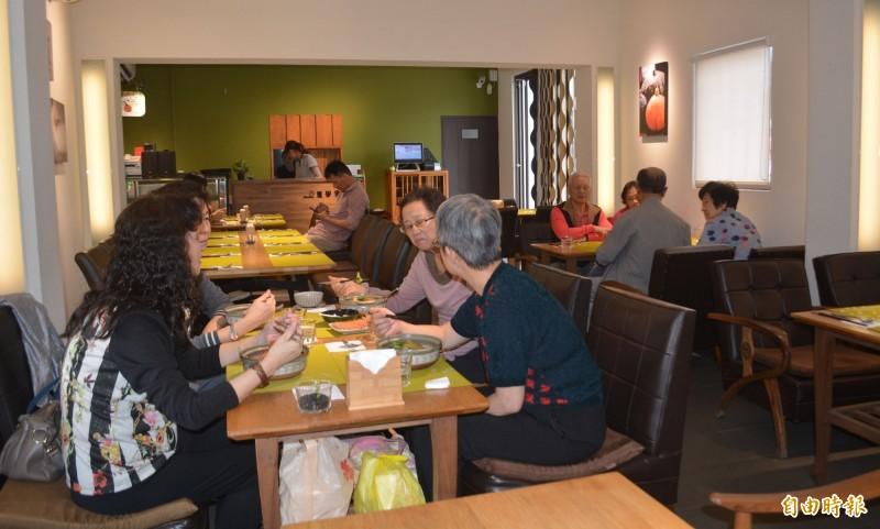 霧峰區農會將「阿飛仙」故居打造成霧峰民生故事館,一樓的「農學食堂」標榜無菜單料理,吸引許多死忠饕客。(記者陳建志攝)