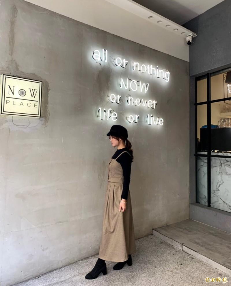 NowPlace店門口這片牆常吸引網美拍照。(記者張菁雅攝)