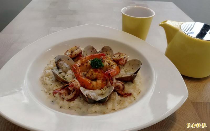義大利海鮮燉飯用料大方。(記者張菁雅攝)