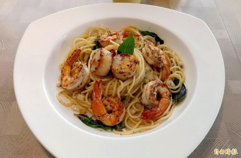 干貝白蝦蒜香義大利麵以清炒方式帶出海鮮甜味。(記者張菁雅攝)