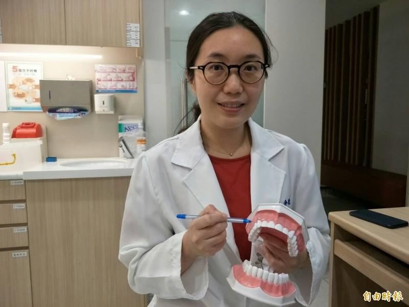 余敏甄醫師筆指處即為孕婦容易罹患妊娠齒齦瘤的口腔位置。(記者張軒哲攝)