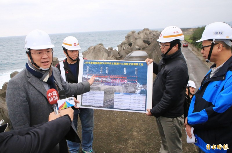 基隆市長林右昌(左)現勘和平島水資源回收中心修復情形。(記者林欣漢攝)