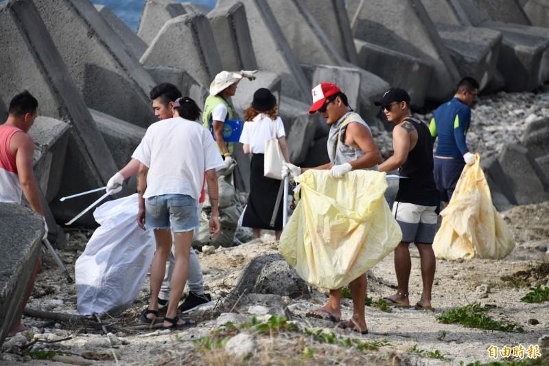年輕人揪團「環半島」要把淨灘成為日常。(記者蔡宗憲攝)