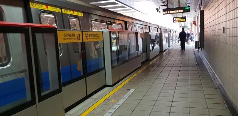 1名女子爆料,今天晚間台北捷運紅樹林站往淡水方向的列車上,出現一名男子「露鳥」。(圖擷取自臉書)